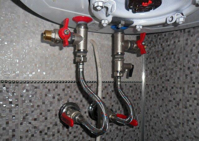 Выполненное подключение к водопроводу с помощью гибких шлангов
