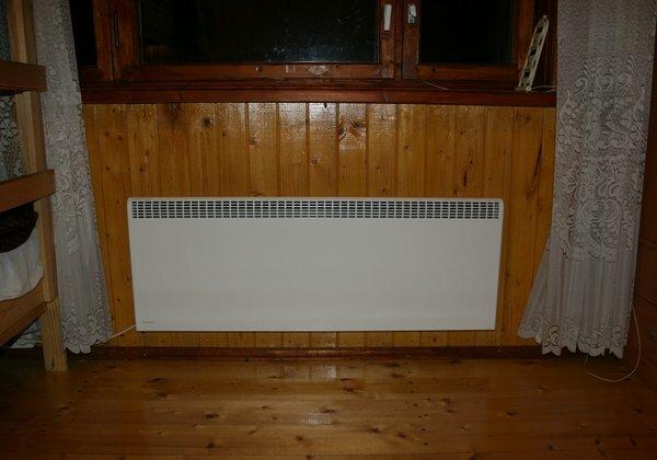 Конвекторы чаще всего размещают как обычную батарею - под окном