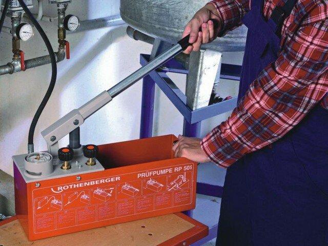 Ручной насос для опрессовки отопления производства Rothenberger