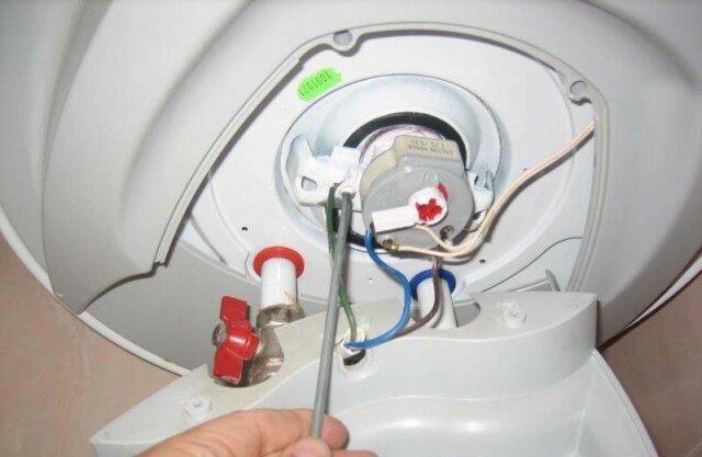 Отсоединяем кабель электропитания от контактов тена