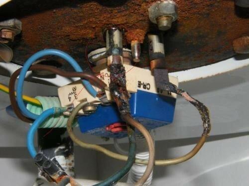 На фото результат заливки кабеля водой - замыкание