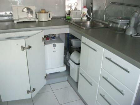 Маленький бойлер легко спрятать даже а кухонном гарнитуре