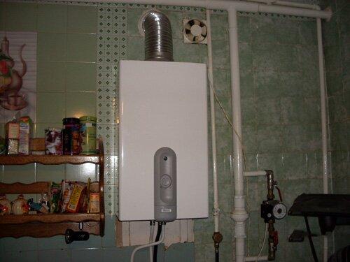 Проточная газовая колонка, установленная на кухне