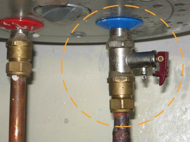 Установленный на бойлер предохранительный клапан